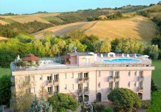 Hotel sporting con vista della piscina sul tetto