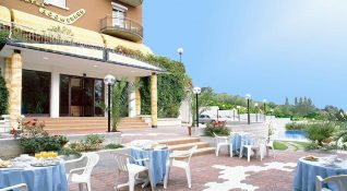 Hotel Boomerang, outdoor tables and swimming pool