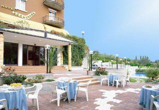 Hotel Boomerang, tavoli all'aperto e piscina