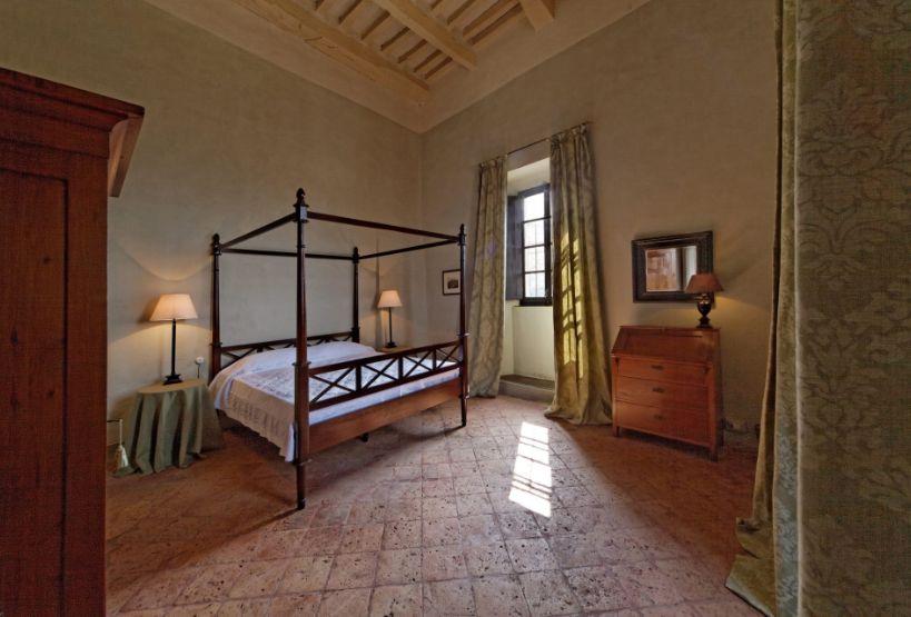 Stanza arredata all'interno del Castello di Scipione