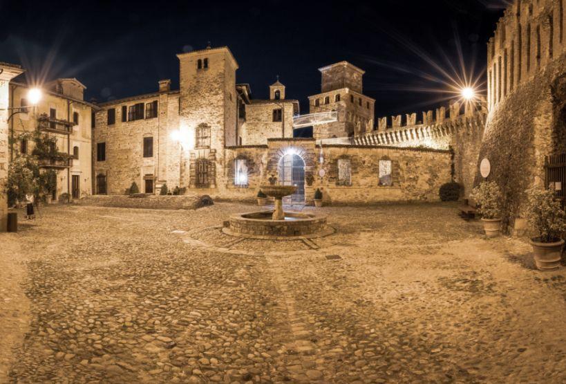 Piazza con fontana e Castello di Vigoleno